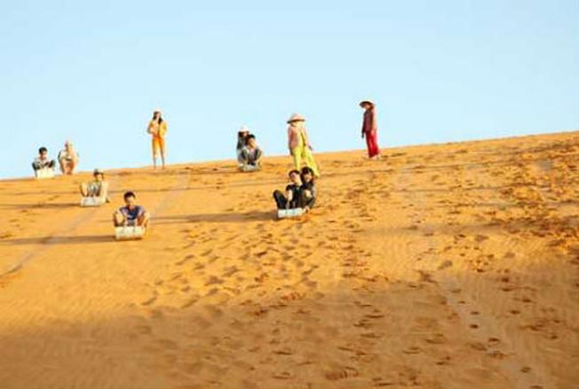 Trò chơi trượt cát thu hút được nhiều vị khách đến tham gia
