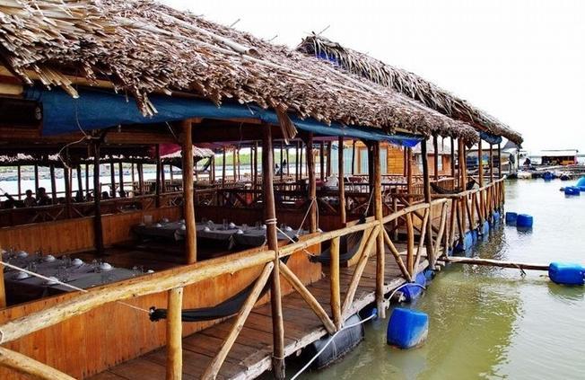 Những nhà bè nuôi hàu nối tiếp nhau trên đảo Long Sơn