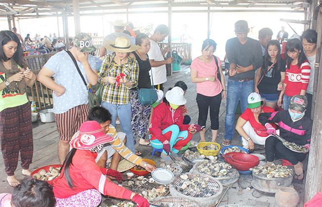 Du khách sẽ được trực tiếp nhìn những đầu bếp của nhà bè chế biến món hàu cho mình