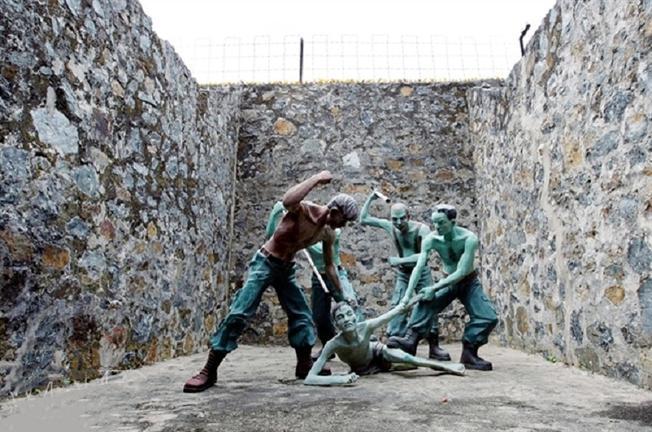 Những tù binh cộng sản bị phơi nắng và tra tấn đánh đập