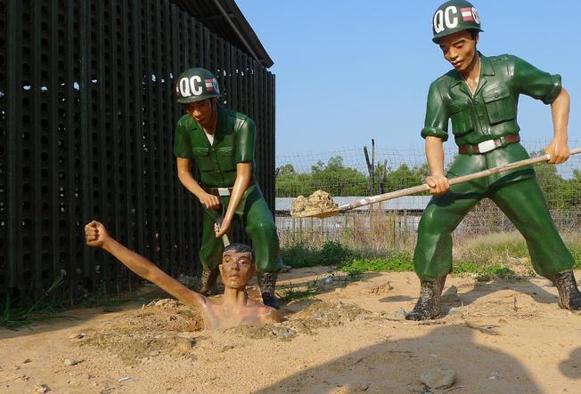 Chôn sống tù nhân giữa trời nắng nóng