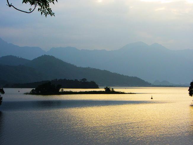 Hồ Núi Cốc trong sắc màu huyền thoại