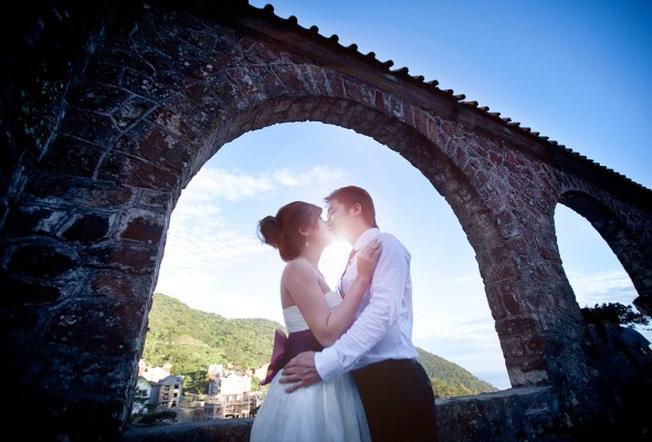 Các cặp uyên ương chụp ảnh cưới tại nhà thờ