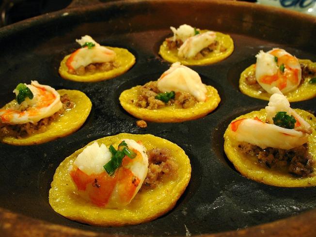 Bánh căn Đà Lạt hấp dẫn thực khách với nhiều loại nhân