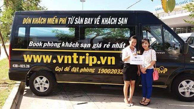 Du khách hài lòng với dịch vụ đưa đón miễn phí của Vntrip