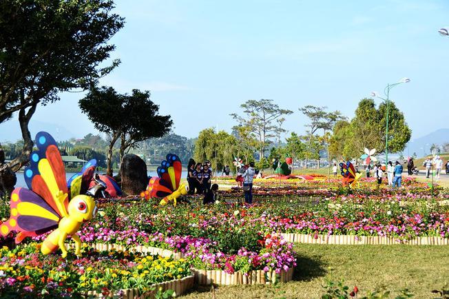 Tiểu cảnh hoa trang trí ở hồ Xuân Hương