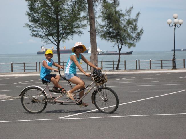 Dạo biển Vũng Tàu bằng xe đạp đôi