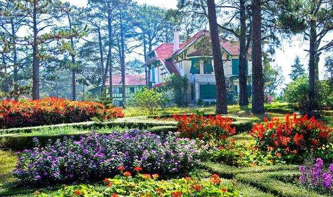 Khuôn viên ngập tràn sắc hoa của Dalat Cadasa Resort