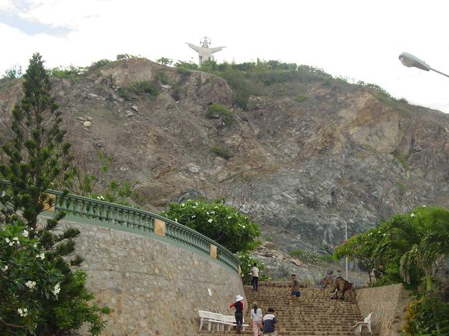 Những bậc tam cấp dẫn bạn lên đỉnh Núi Nhỏ