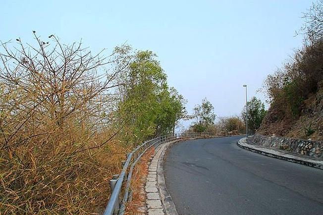 Con đường nhựa trải dài đưa bạn lên ngọn Hải Đăng