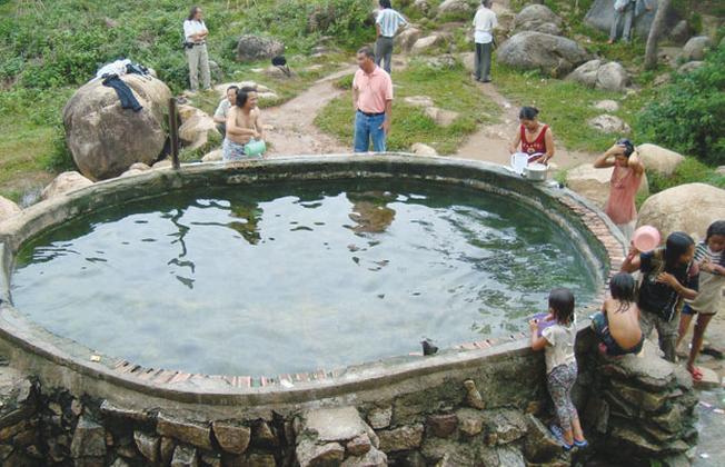 Hồ tắm ở suối nước nóng Đam Rông