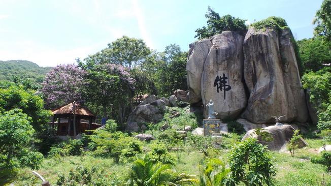 Tảng đá khác chữ là điểm đặc trưng ở thiền viện