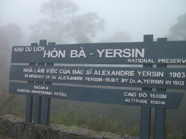 Bảng hướng dẫn đường lên nhà bác sĩ Yersin