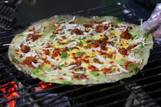 Món bánh tráng trứng nướng món ngon đà lạt giá chỉ 10.000 đồng cái ở khu chợ Đà Lạt