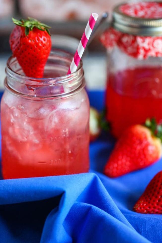 Ly nước hoa quả ngọt thơm từ siro dâu