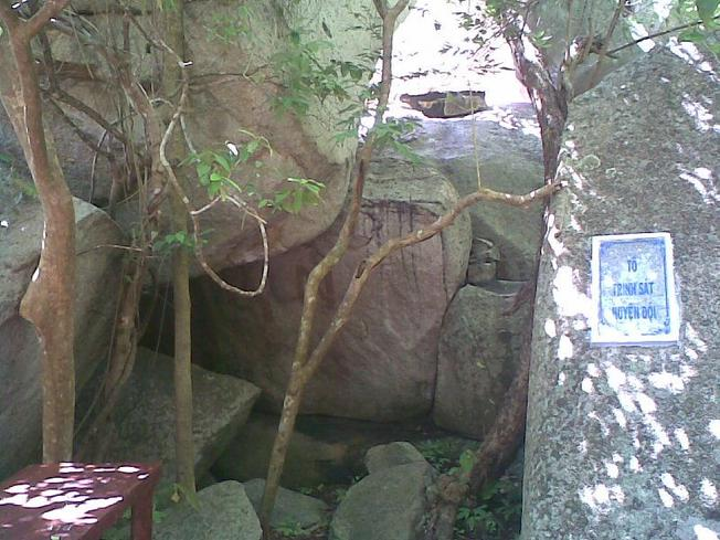 Một hang đá ở núi Minh Đạm