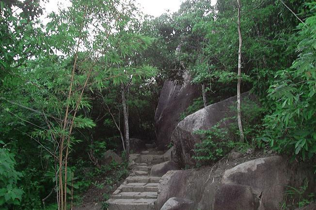 Con đường gập ghềnh lên núi Minh Đạm