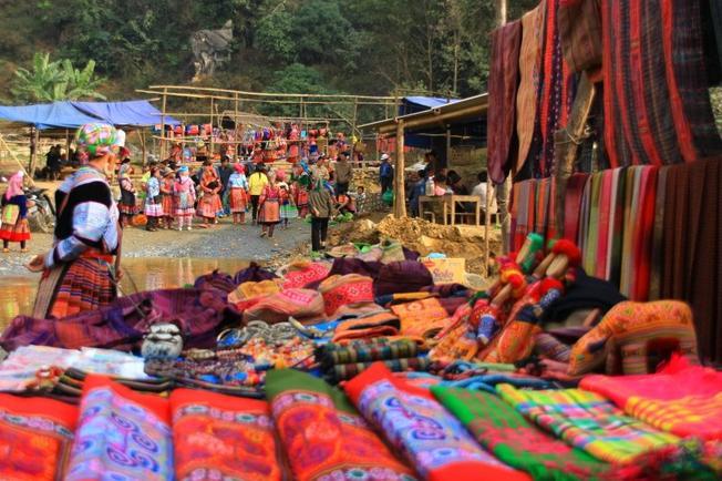 Đồ thổ cẩm nhiều màu sắc được bày bán tại phiền chợ vùng cao
