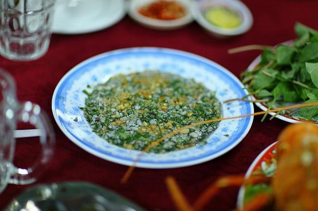 Món tiết canh tôm hùm Long Sơn tuyệt vời, hấp dẫn nhiều du khách