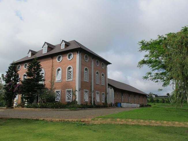 Nhà máy chế biến sữa mang nét kiến trúc cổ điển Hà Lan