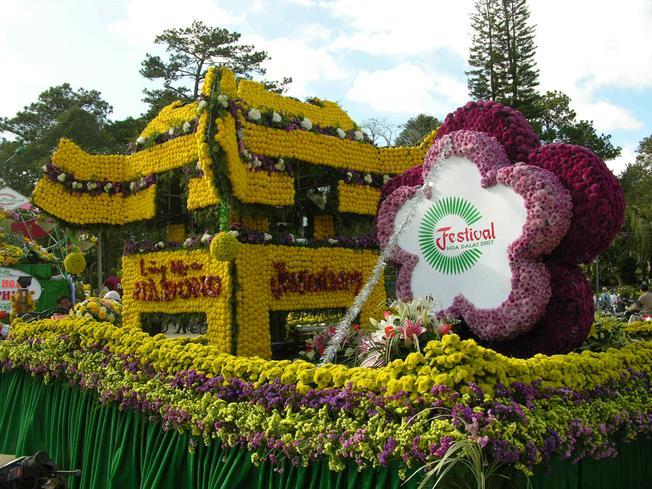 Tác phẩm nghệ thuật được kết bằng hoa tại lễ hội