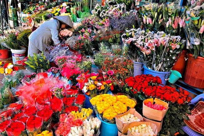 Rực rỡ muôn sắc hoa tươi tại chợ Đà Lạt