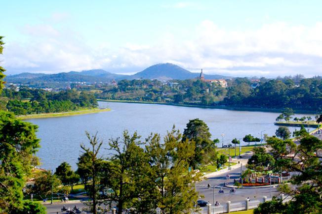 Hồ Xuân Hương mang màu xanh nước biếc một địa điểm đẹp ở Đà Lạt