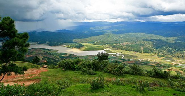Quang cảnh dưới chân núi đẹp lung linh huyền ảo được chụp từ đỉnh Lang Biang