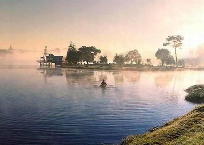Huyền thoại soi bóng trên mặt hồ