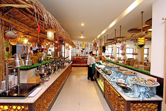 iệc Buffet với đa dạng các món ăn tại Palace Hotel