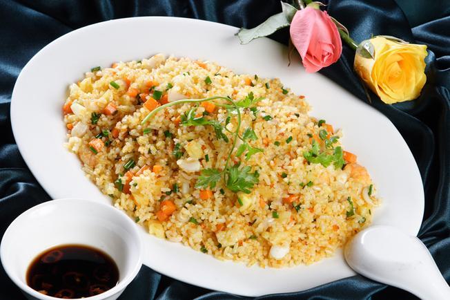 Đĩa cơm chiên cá mặn càng thêm thơm ngon khi ăn kèm nước tương