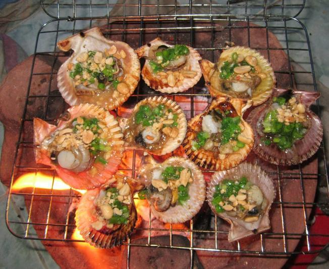 Những còn sò lông nướng trên bếp lửa hồng tỏa hương thơm phức