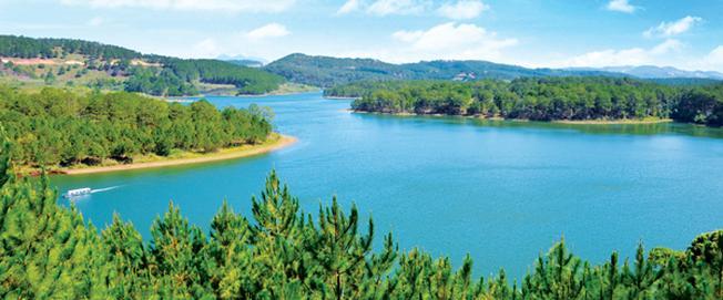 Hồ Tuyền Lâm mang màu xanh của Ngọc Bích một điểm du lịch Đà Lạt luôn hấp dẫn du khách