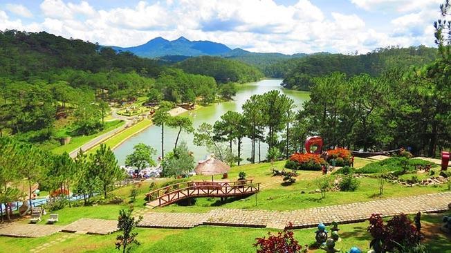 Thung lũng tình yêu được bao quanh bởi Hồ Đa Thiện một điểm tham quan đẹp ở Đà Lạt