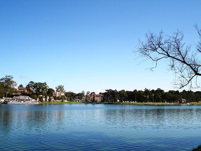 Hồ Xuân Hương mặt hồ êm ả, lăn tăn gợn sóng