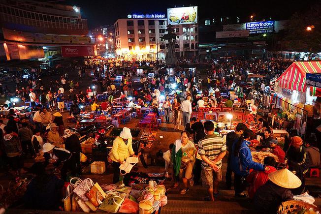 Chợ đêm Đà Lạt với rất nhiều hàng bán sữa đậu