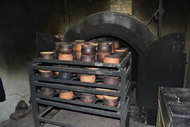 Bếp nấu cơm niêu truyền thống của Cơn niêu Hoa Sữa (Ảnh sưu tầm)