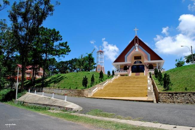 Nhà thờ Tùng Lâm mới được tu sửa lại