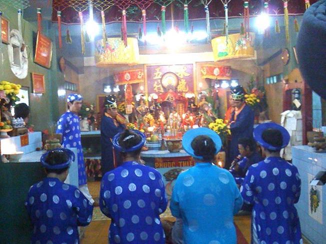 Bốn người phụ nữ hành lễ trước bàn thờ