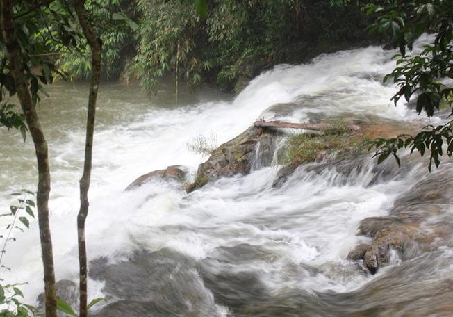 Dòng nước cuồn cuộn chảy xiết