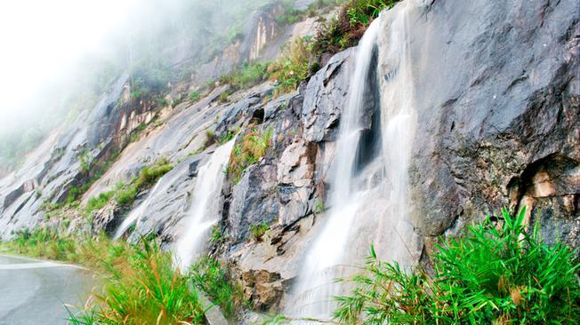 Những thác nước nhỏ trên đèo Long Lanh
