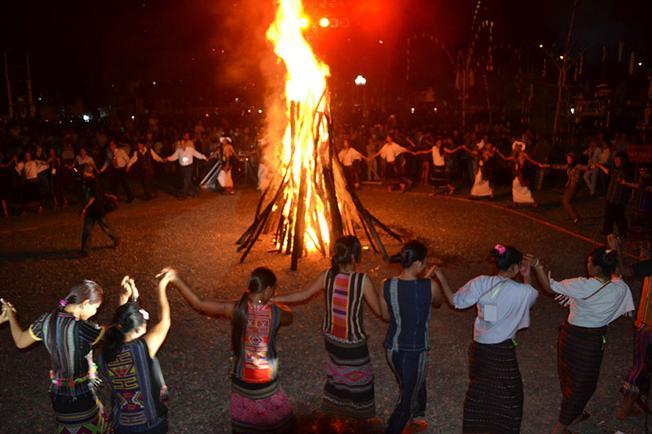Tour văn hóa cồng chiêng thường diễn ra vào buổi tối bên đống lửa bập bùng ấm áp