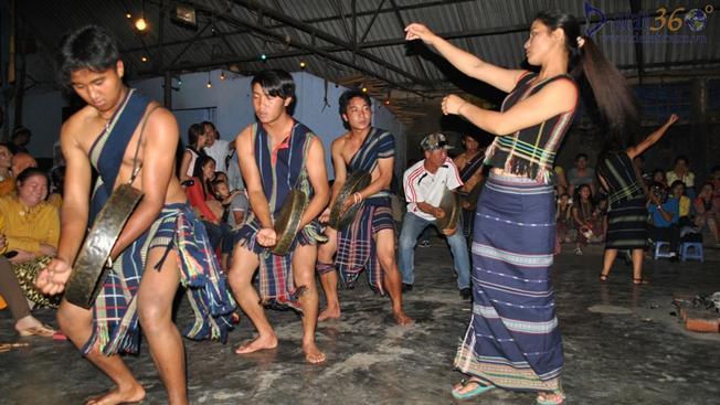 Điệu múa của các chàng trai, cô gái trong nghi lễ