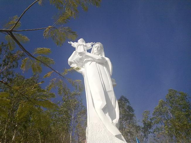 Hình ảnh tượng Đức Mẹ trắng tinh khôi nổi bật trên nền trời xanh