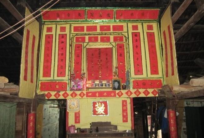 Trong ngôi nhà của người dân tộc bàn thờ tổ tiên là khu vực rất linh thiêng