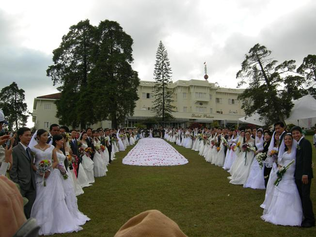 Festival hoa Đà Lạt lần II với kỷ lục chiếc áo hoa dài nhất