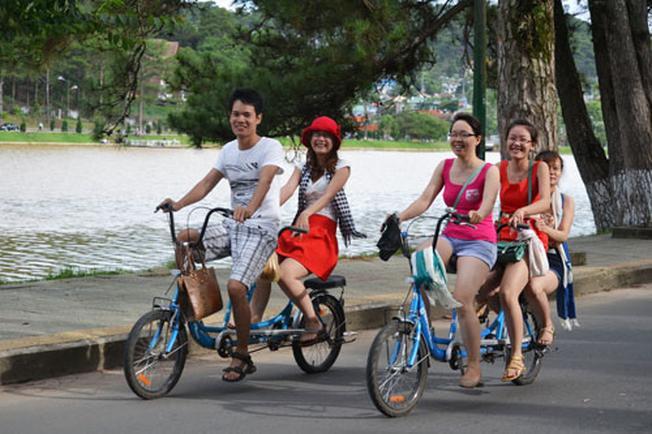 Đi xe đạp quanh thành phố ngắm hoa