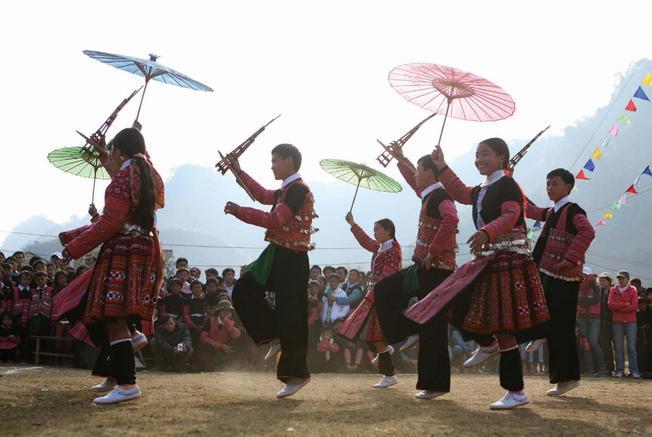 Múa khèn là bản sắc độc đáo riêng của dân tộc người Mông cũng là nét văn hóa đặc sắc của điểm du lịch Sa Pa