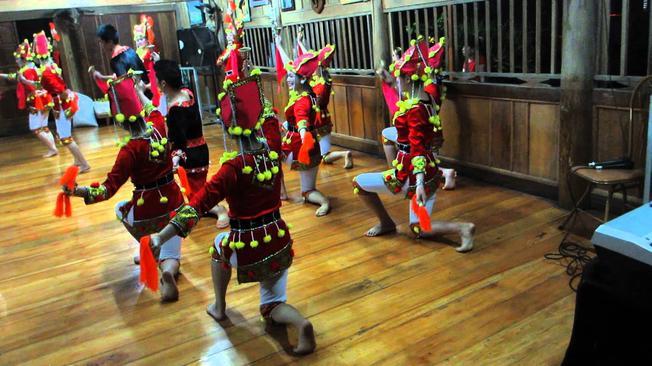 Múa chuông trong lễ Tết nhảy của người Dao