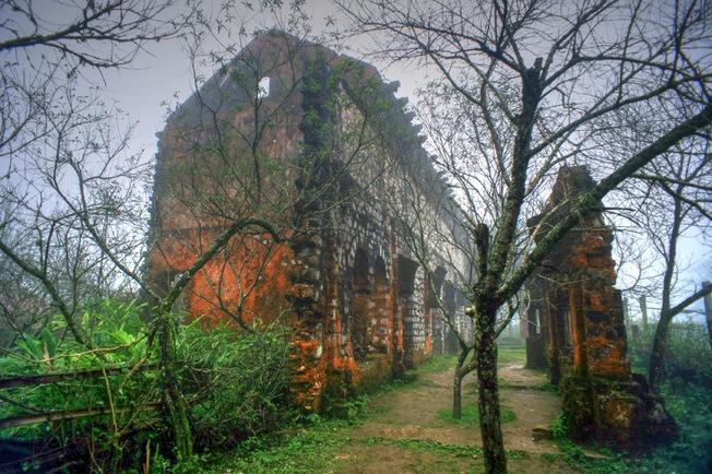 Cổng tu viện được xây dựng bằng đá bề thế với lối cổng vòng đậm kiến trúc Pháp với vẻ đẹp cổ kính